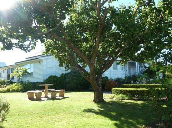 Ashton Gate Guest House: Side view