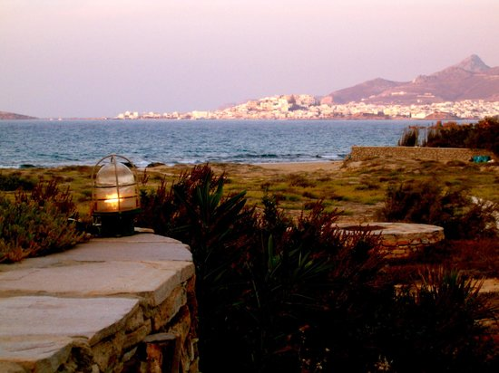Villa Marandi Luxury Suites: evening view to beach and Naxos