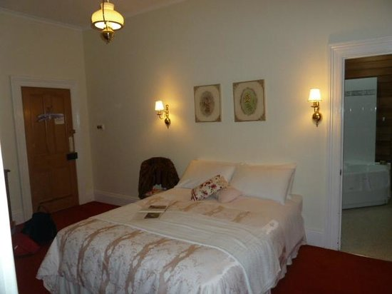 Beulah Heritage Accommodation: Floral suite bedroom