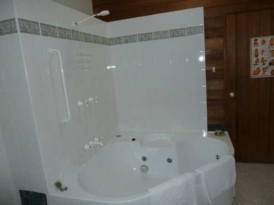 Beulah Heritage Accommodation: Floral suite bathroom with sauna and spa bath