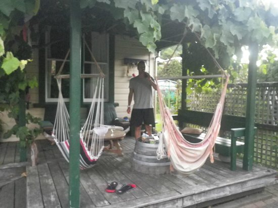 Jugglers Rest Backpackers : Front porch