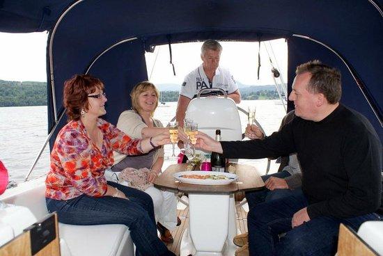 Bowness-on-Windermere, UK: Cheers ... friends enjoying the experience