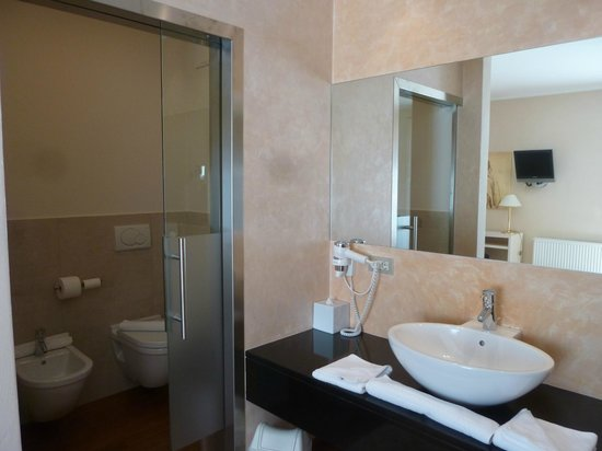 Hotel Muchele: Bad links mit WC