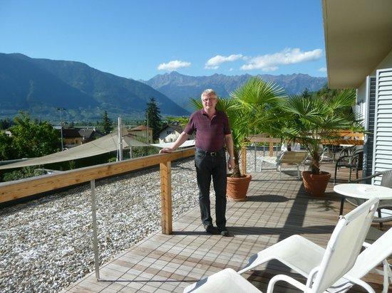 Hotel Muchele: grosse Terrasse im weissen Zimmer