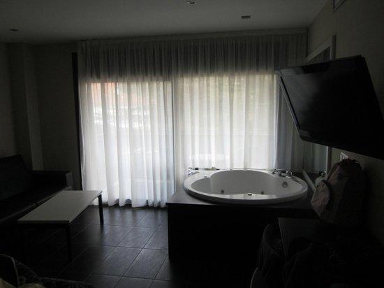Hotel Acacias Suites & Spa: dormitorio principal y jacuzzi de la suite