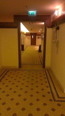 City Seasons Al Hamra Hotel Abu Dhabi: Hallway