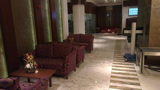 City Seasons Al Hamra Hotel Abu Dhabi: Room with the bed