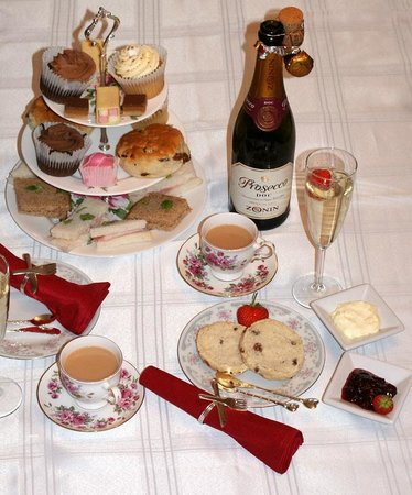 Bowness-on-Windermere, UK: Traditional Afternoon Tea Cruises
