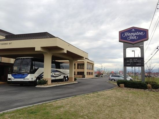 Hampton Inn Sevierville: Front door charter bus pick up area..