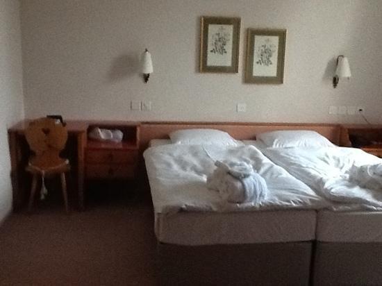 Morosani Schweizerhof Davos: Bett mit den beiden einzigen Lichtquellen