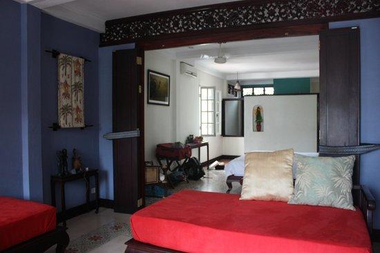 Lotus Villa Boutique Hotel: Day bed to bathroom/entry