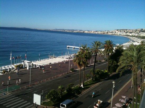 لو ميريديان نيس:                   View from the room overlooking beach and promenade des anglais               