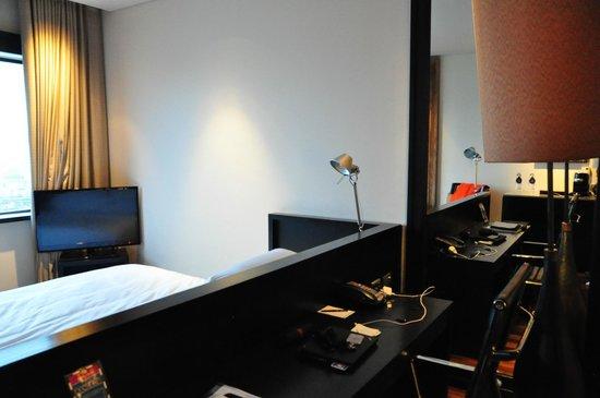 Millennium Hilton Bangkok: guestroom (room 2721)