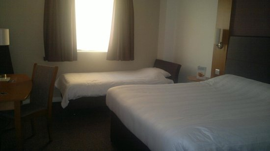 Premier Inn Edinburgh Park (The Gyle) Hotel: family room, plenty of space