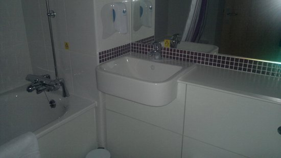 Premier Inn Edinburgh Park (The Gyle) Hotel: clean sink,