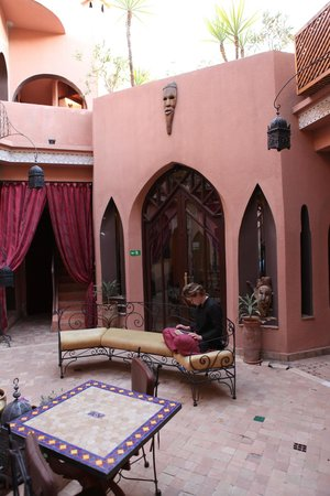 Riad Amira Victoria: Interior court yard views.