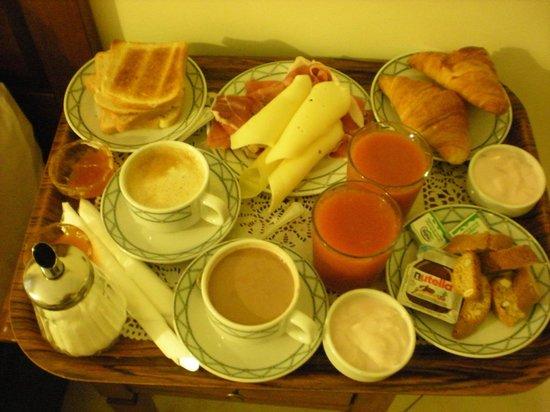 Hotel De Monti: Petit déj au lit ! Cochez ce que vous voulez !