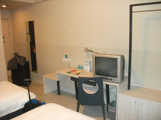 Jinjiang Inn Shanghai Pudong Airport Second : small but clean bedroom