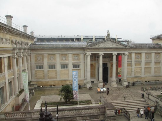 Macdonald Randolph Hotel: View of the Ashmolean Museaum from our room