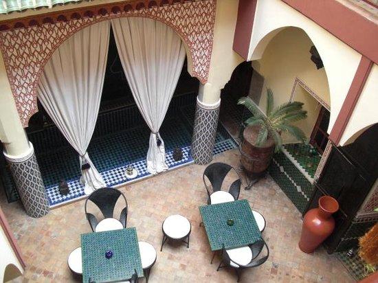 Riad Assalam : Bassin et petit salon au rdc