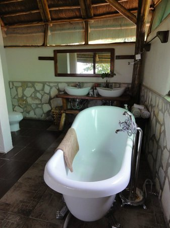 Katara Lodge: bathroom with tub - there's a separate shower area