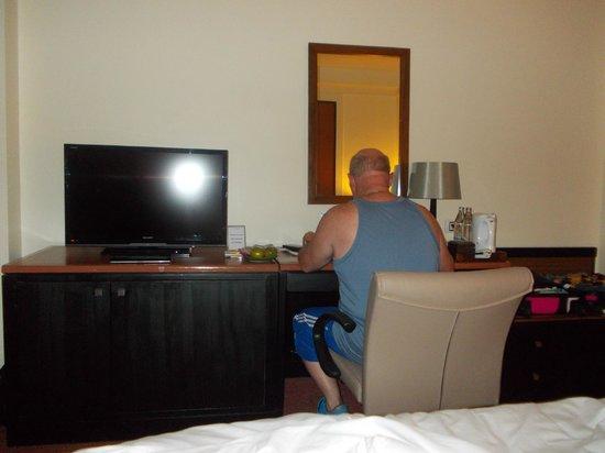 โรงแรมรอยัล ปริ๊นเซส เชียงใหม่: the desk and tv area