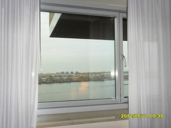 Mövenpick Hotel Amsterdam City Centre: view from my window.Some boats stop here