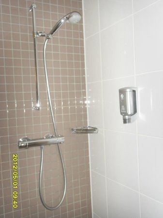 Mövenpick Hotel Amsterdam City Centre: shower