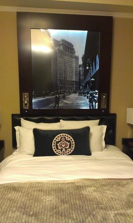 The Algonquin Hotel Times Square, Autograph Collection: Illuminated picture of NYC above bed