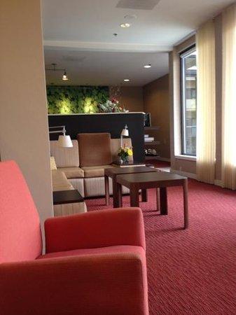 Courtyard Philadelphia Devon: lobby sitting area