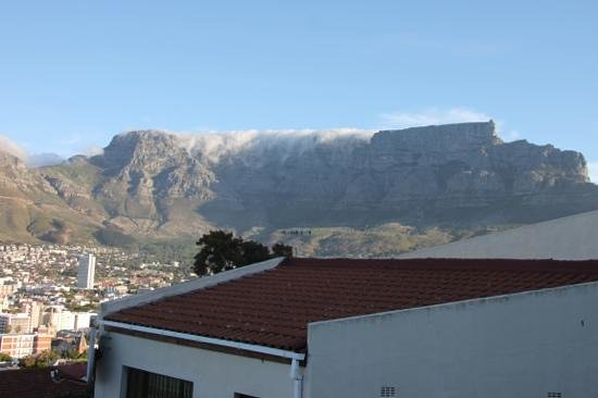 Upperbloem: view of table mountain from breakfast room