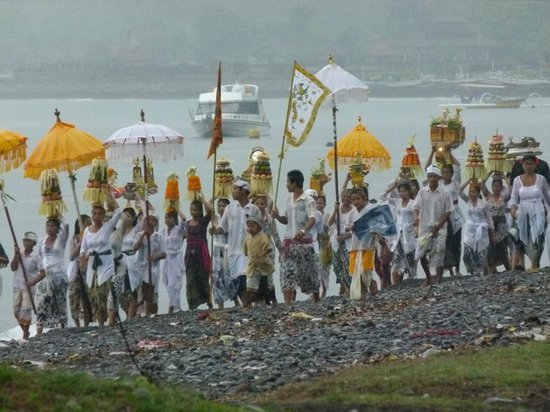 Bubu Racok Homestay: Ceremonie aan het strand van Amed