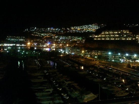 Marina Suites: Night view across the bay