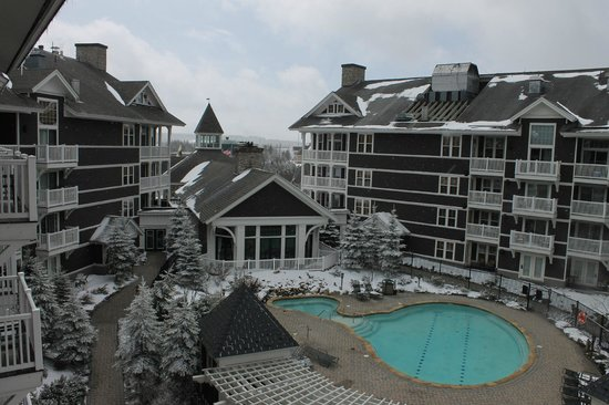 Allegheny Springs: It snowed! Pool and lodge.