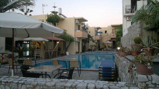 Hotel Lola: livet ved den hyggelige pool