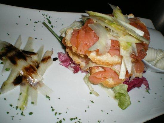Osteria Veneta: Millefoglie di Salmone Affumicato con Crostoli di Pane e Carpaccio di Asparagi