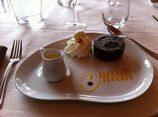 Mennecy, Frankrike: moelleux au chocolat aux éclats de pistache