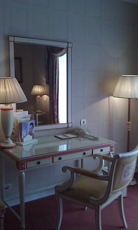 Olissippo Lapa Palace: Desk area in the hotel