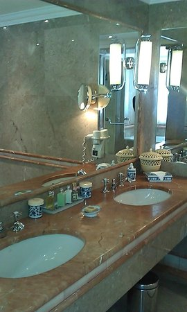 Olissippo Lapa Palace: the elegant bathroom