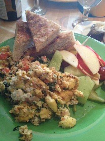 Blue Moose Restaurant & Cafe: Greek scrambler w focaccia
