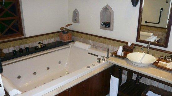 โรงแรมอริยาศรมวิลล่า: Large spa bath in the room