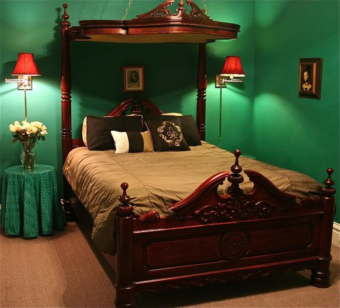 Napoleon's Retreat Bed & Breakfast: The half-tester antique bed of the Lafayette room
