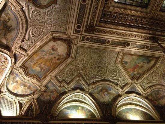Grand Hotel Plaza: потолок в баре