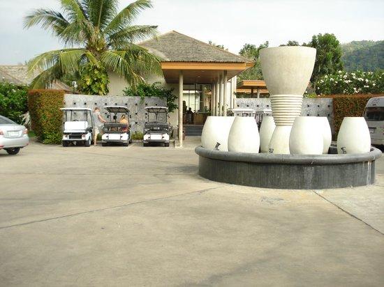 Metadee Resort and Villas: Indgang til hotellet samt parkerings muligheder