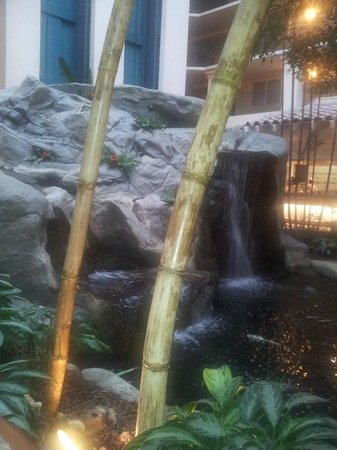 Embassy Suites by Hilton Milpitas Silicon Valley: waterfall at breakfast