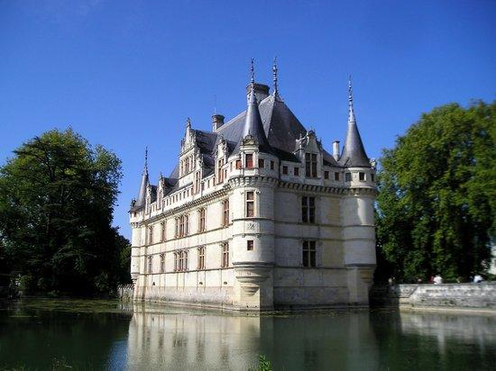 Chateau of Azay-le-Rideau: Le château se reflétant dans l'eau