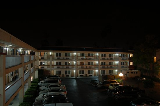 Comfort Inn Near Pasadena Civic Auditorium: Well lit parking area