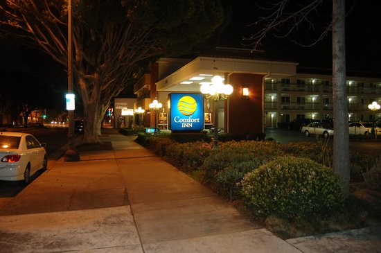 Comfort Inn Near Pasadena Civic Auditorium: Front of Motel from Colorado Blvd
