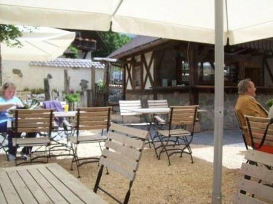 Landgasthaus Grüner Baum: Sitzgruppe im neugestalteten Biergarten