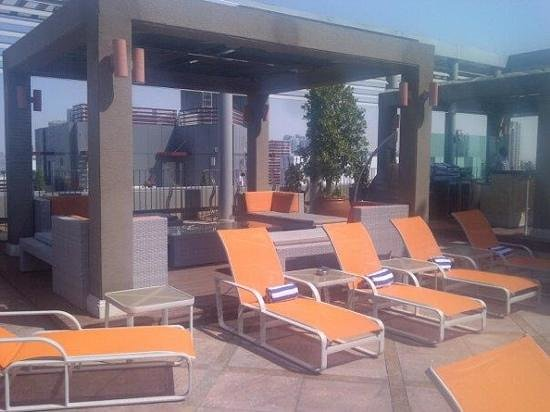 Radisson Blu Hotel, Dubai Media City: pool terrace